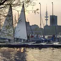 Working in Hamburg can even be fun: spending your lunch hour in a floating café on the Alster or taking a sailing course after work is principally a matter of choosing the right location for your office.
