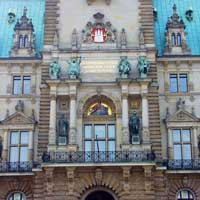 Main entrance to Hamburg Town Hall. Important receptions take place here and this is also where the Hamburg Senate meets. Most of the offices are located in the district offices outside the city centre.
