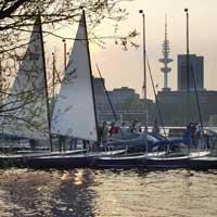 Arbeiten in Hamburg kann sogar Spaß machen: Die Mittagspause in einem schwimmenden Café auf der Alster oder der Segelkurs nach Feierabend sind vor allem eine Frage des richtigen Bürostandortes.